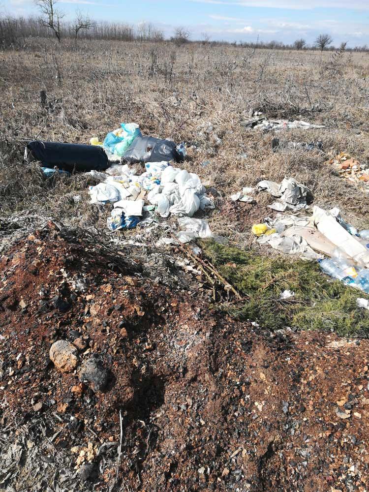 Vegyes hulladék az egykori gyümölcsösben. / Fotó: hulaldekvadasz.hu