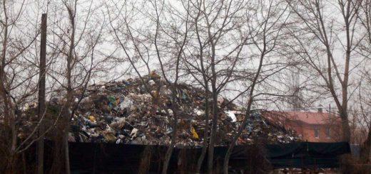 Hatalmas hulladékhegy Érd kertvárosában