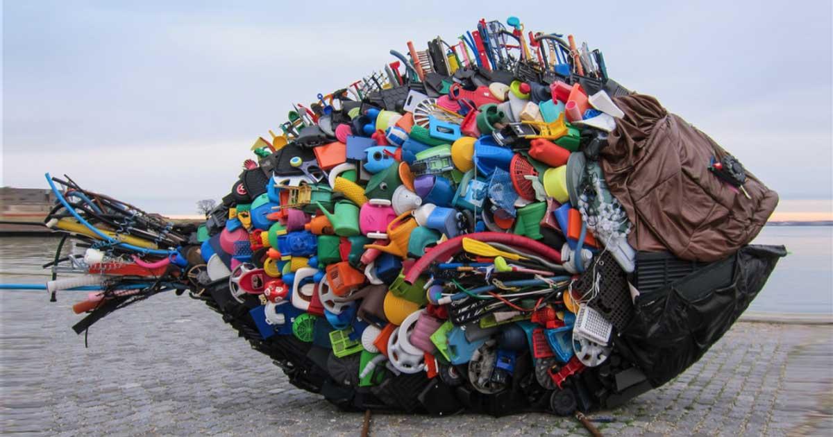 A kép egy köztéri szobor a nagyvilágból bemutatva a műanyagszennyezést. / Fotó: flickr.com