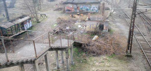 Szeméttel szétbombázott vasúti gyalogos átkelő