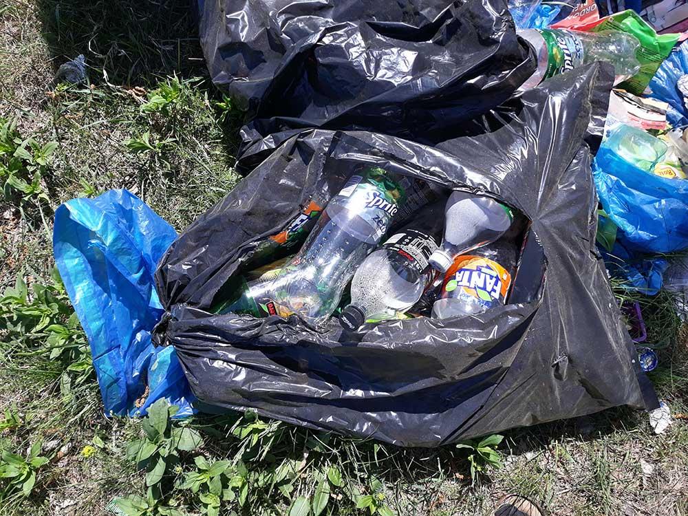 Üdítős italok mindenfajtája megtalálható a helyszínen, akár csak egy rossz reklámban. / Fotó: hulladekvadasz.hu