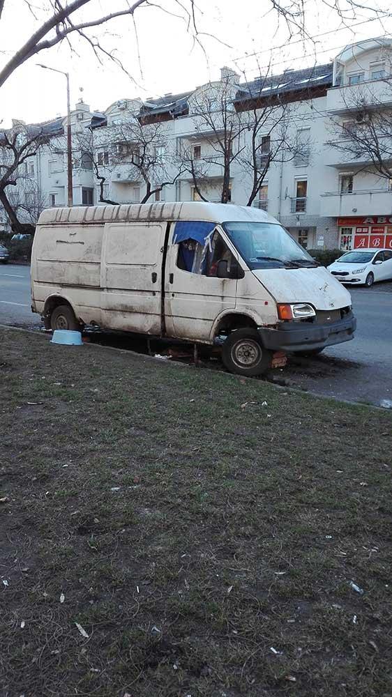 Rendszám sehol, de tégla az autó alatt igen. / Fotó: hulladekvadasz.hu