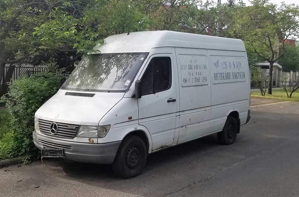 Mercedes ide vagy oda, de ez a kisbusz már nincs a legjobb formájában. / Fotó: hulladekvadasz.hu