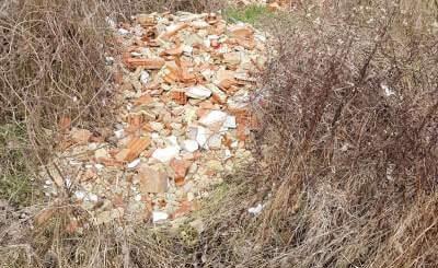 Moha község felé félúton építési hulladék