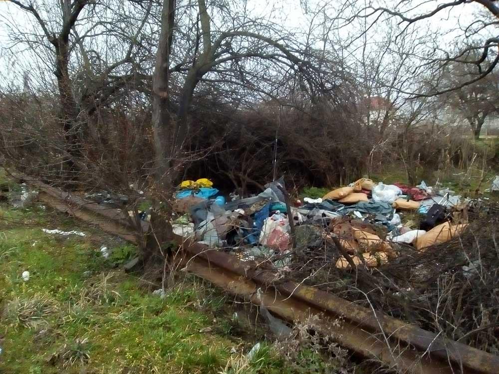 Segítő Mária-kápolna szomszédságában tetemes mennyiségű hulladék került felhalmozásra. / Fotó: hulladekvadasz.hu