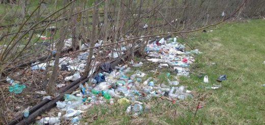 Szétdobált műanyaghulladék Zuglóban