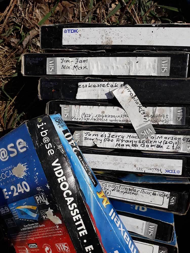 VHS kazetta gyűjtemény, vajon mit szeret kicsiny családom? Nézzük csak! :) / Fotó: hulladekvadasz.hu