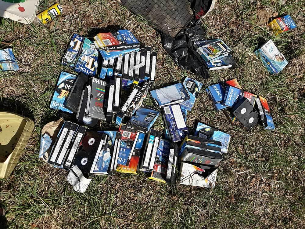 Olajtól bűzlő, családi VHS kazetta gyűjtemény Fancsika tó partjá. / Fotó: hulladekvadasz.hu