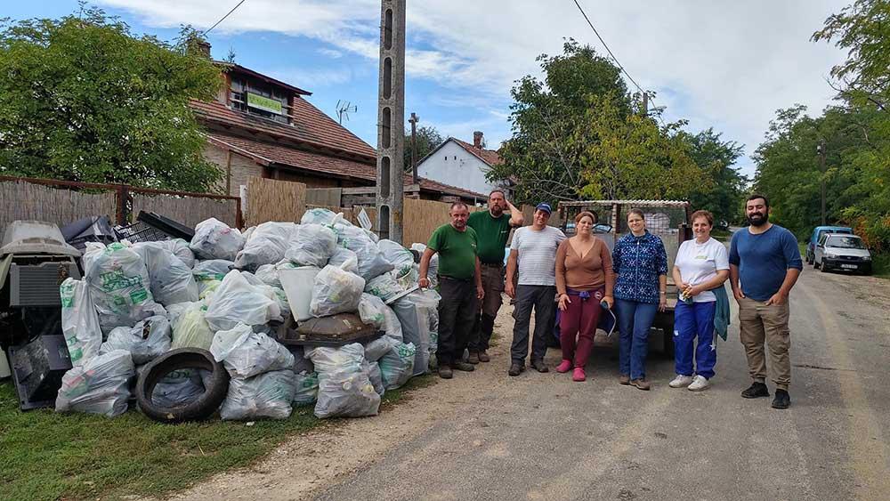 Idemajorért Egyesület csapata egy korábbi szemétszedési akció eredményével. Büszkék lehetünk rájuk! / Fotó: hulladekvadasz.hu