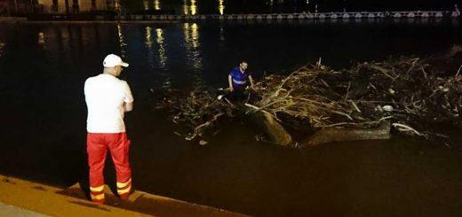 Szegedi mentősök és a szeméttel sodródott férfi