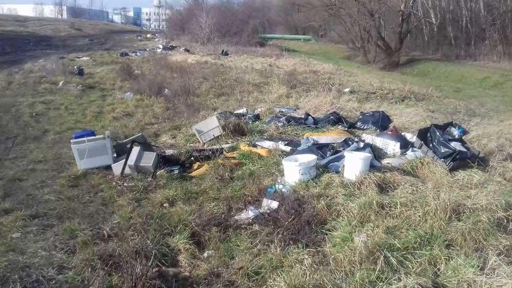 Veszélyes hulladék minden mennyiségben megtalálható a helyszínen. Háttérben a patak meder látható. / Fotó: hulladekvadasz.hu