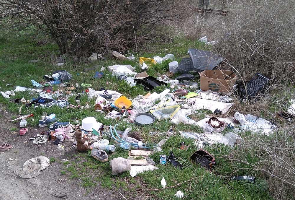 Vácrátót vasútállomás közelében szemétkupacok, de vajon ki tette oda? / Fotó: hulladekvadasz.hu