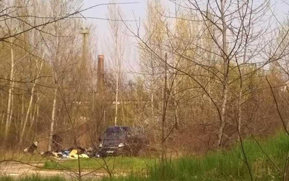 Jól látható a furgon a fényképen! Elég bátor az illető, hogy ezt így fényes nappal meg merte tenni. / Fotó: hulladekvadasz.hu