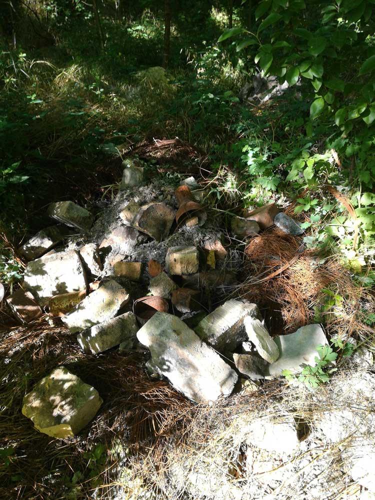 Az építési hulladék tetején egy megviselt lámpabura is található. Vajon mi lehet még ott? / Fotó: hulladekvadasz.hu