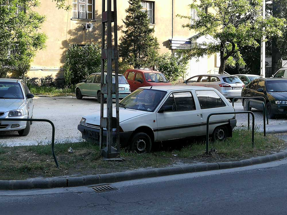 Roncs a parkoló szélén. / Fotó: hulladekvadasz.hu