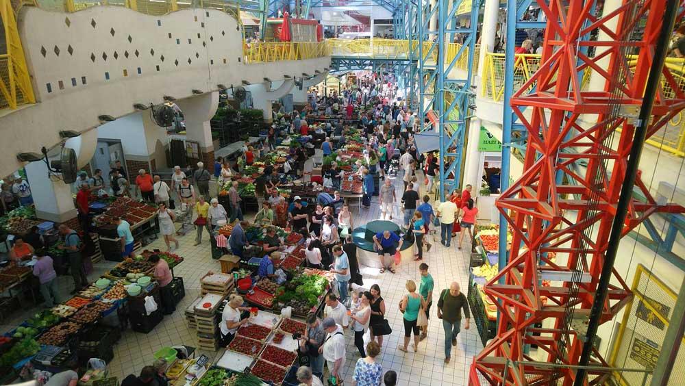 Keresd a zöld pólósokat! - A Lehel piacot a részvevők elözönlötték. / Fotó: hulladekvadasz.hu
