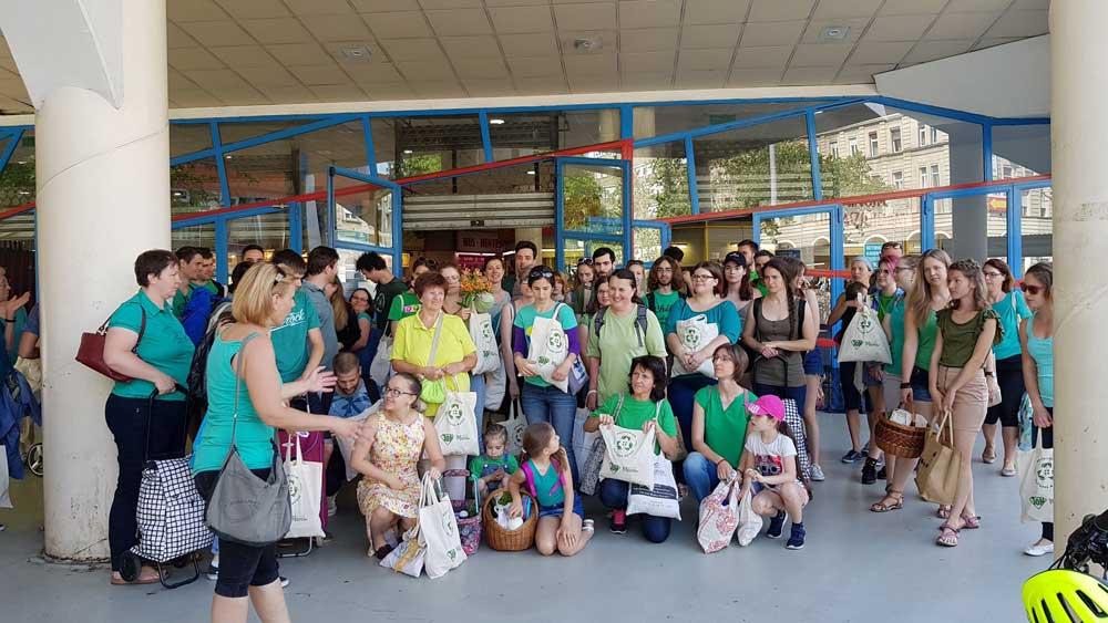 A budapesti Lehel piacán készül a csoportkép. Csííííz! / Fotó: hulladekvadasz.hu