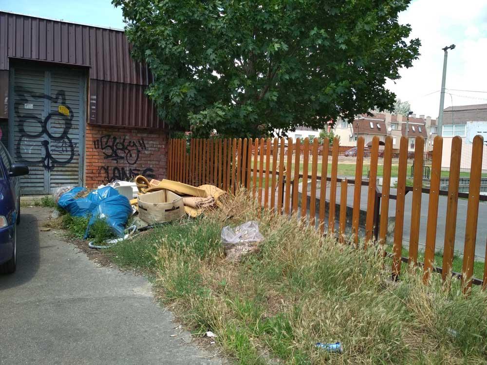 József Attila általános iskola melletti hulladék