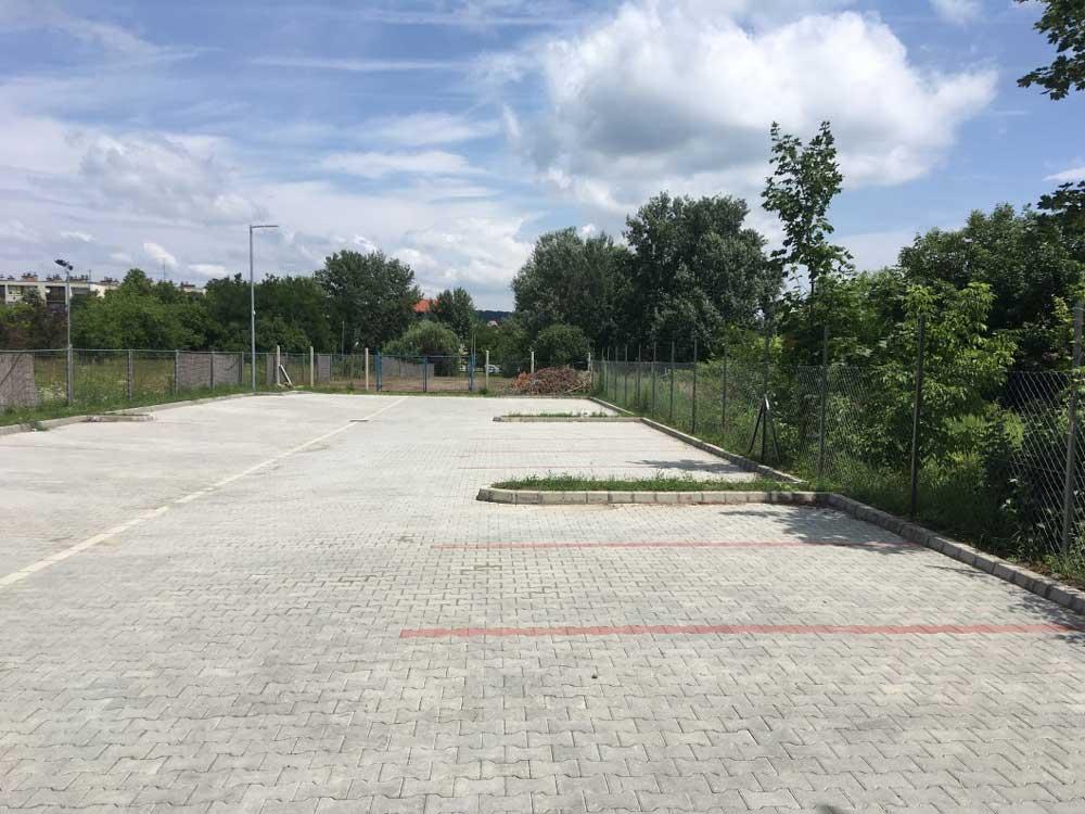 A helyszín a parkolón keresztül közelíthető meg. / Fotó: hulladekvadasz.hu