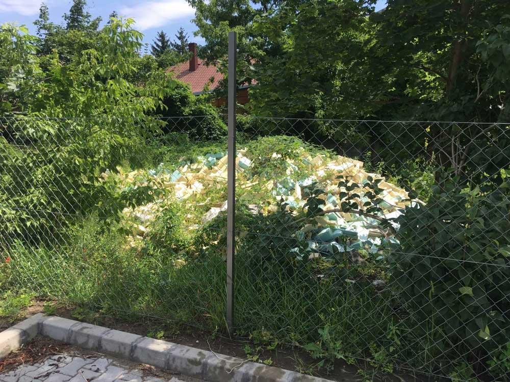 A parkoló sarkából jól látható a szakszerűtlen hulladéktárolás a magántelken. /  Fotó: hulladekvadasz.hu