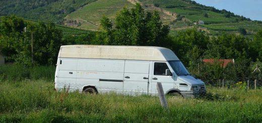 Kopasz-hegy lábánál tájromboló autóroncs Tokajon