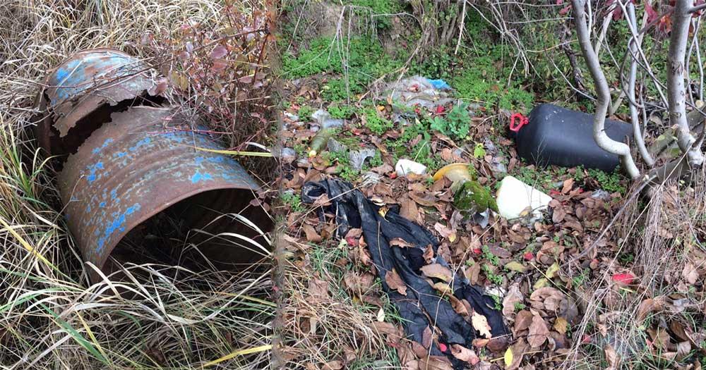 A kép két képből alkotott kollázs, de egy helyszínen találhatóak a látható hulladékok. / Fotó: hulladekvadasz.hu