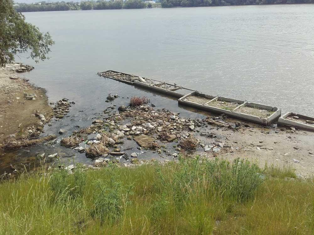 A bejelentő háztartási szennyvízre, habzó vízre és elviselhetetlen bűzre panaszkodik az Aranyhegyi-patak torkolatánál. /  Fotó: hulladekvadasz.hu