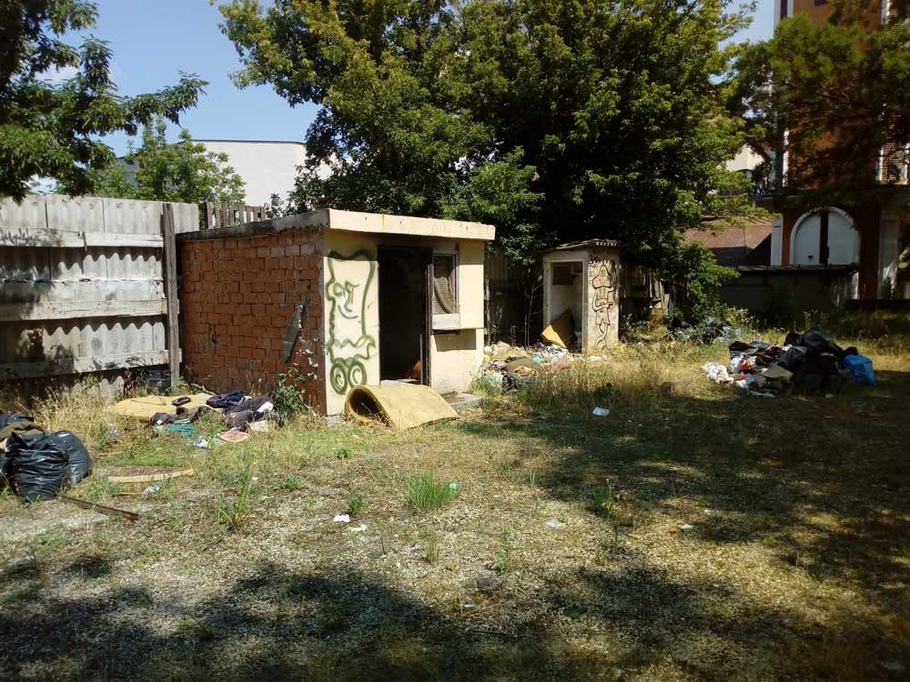 A kép azt tükrözi mintha a helyszínen laknának is. Háttérben a plébánia épülete látható. / Fotó: hulladekvadasz.hu