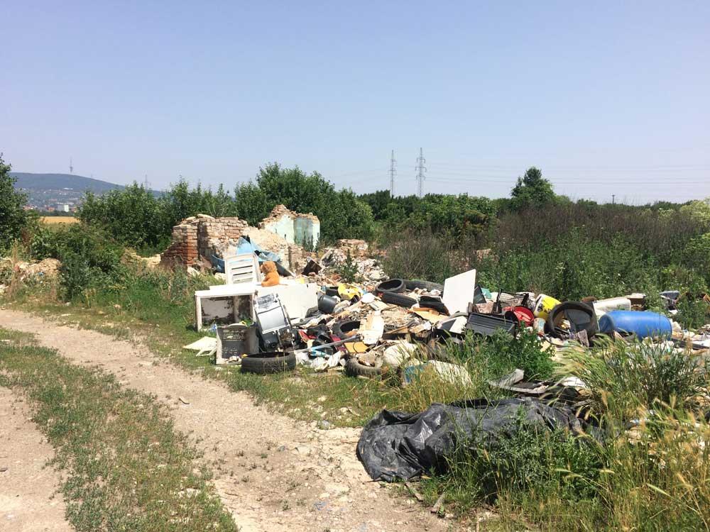 Zömében építési elektronikai hulladék található a helyszínen. / Fotó: hulladekvadasz.hu