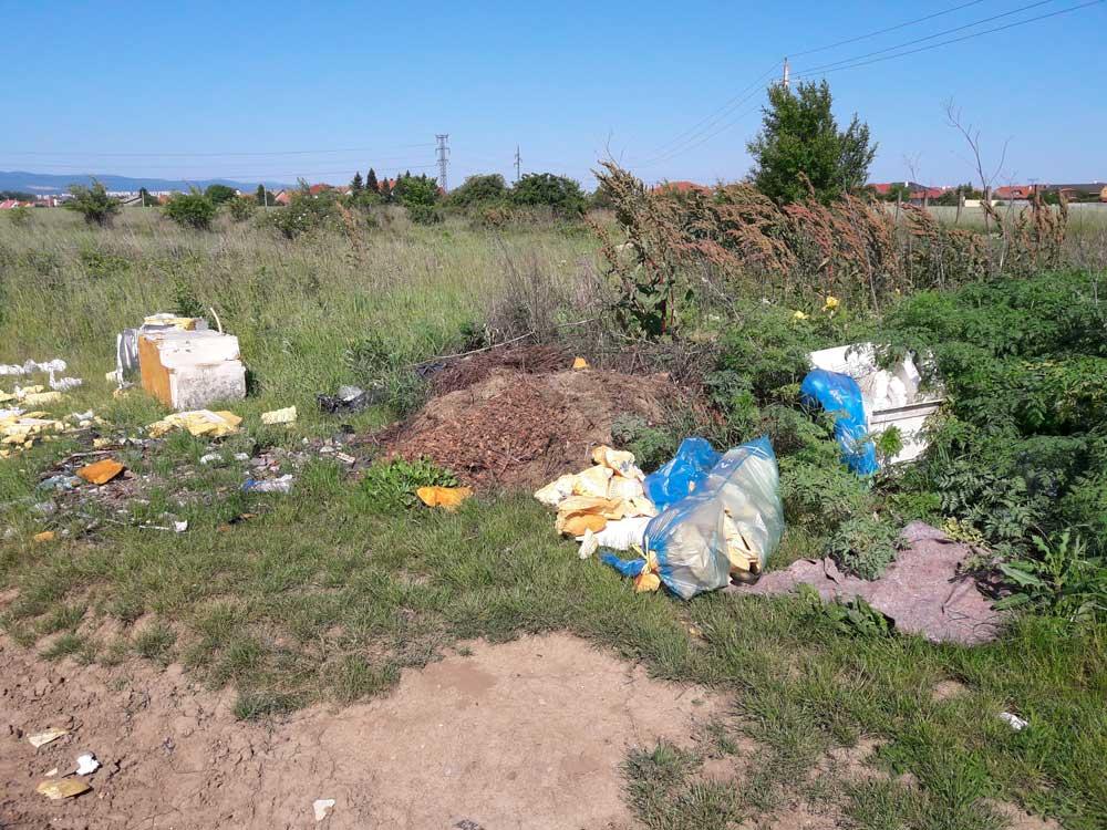 Gyakori látvány településeink határában a bontott hűtők, amiből kiszedik a rezet és ... / Fotó: hulladekvadasz.hu