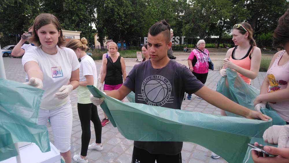 A szemétszedéshez szükséges kesztyűk és zsákok kiosztásának pillanata. / Fotó: hulladekvadasz.hu