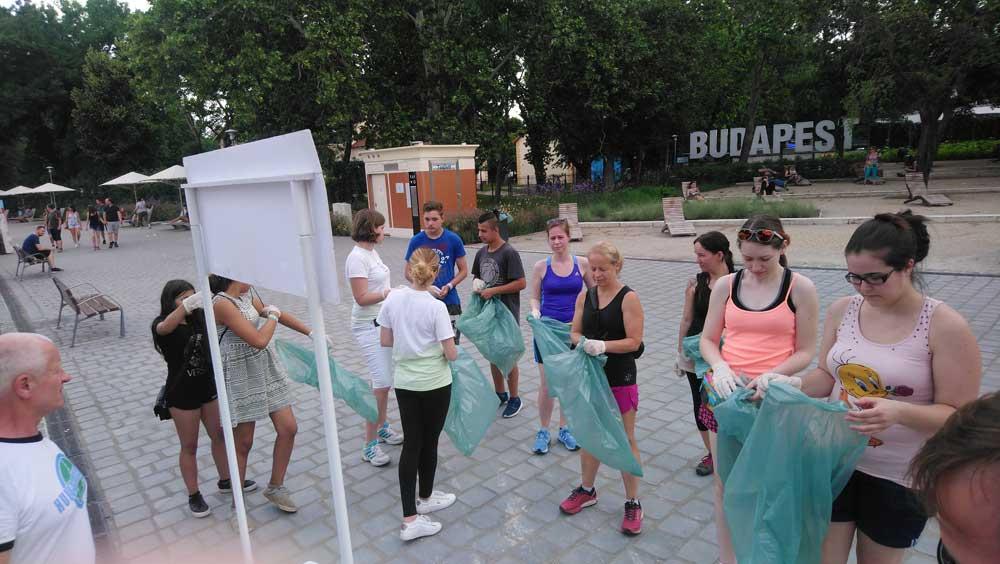 """A """"startpisztoly"""" eldördülése előtt a részvevők gyülekeznek a helyszínen. / Fotó: hulladekvadasz.hu"""