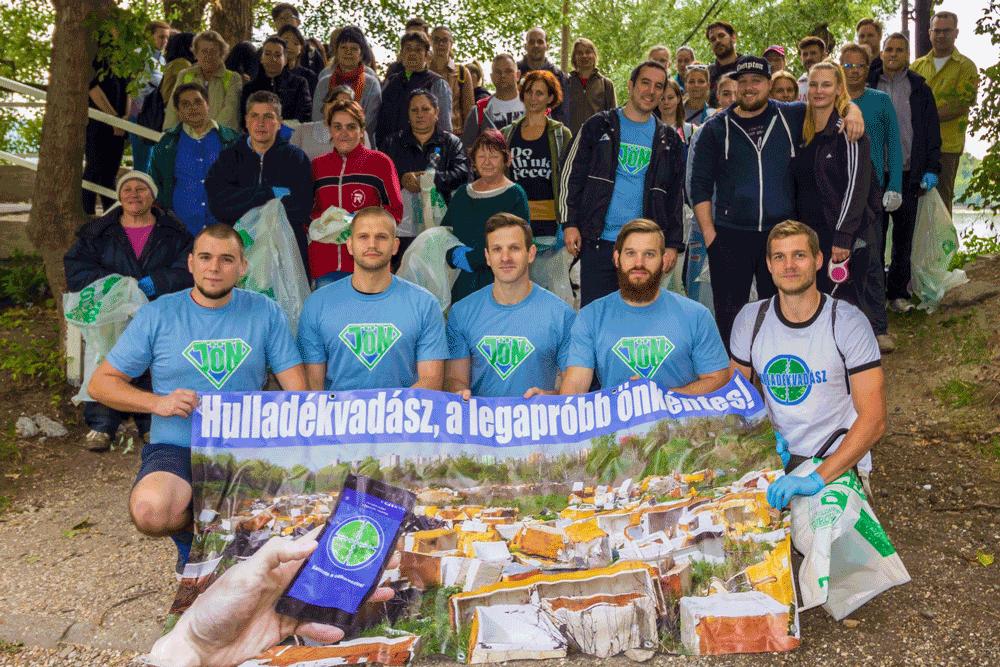 A JÖN Alapítvány / Hulladékvadász közös Teszedd akciója, a budapesti népszigeten, több mint 100 önkéntes részvételével.