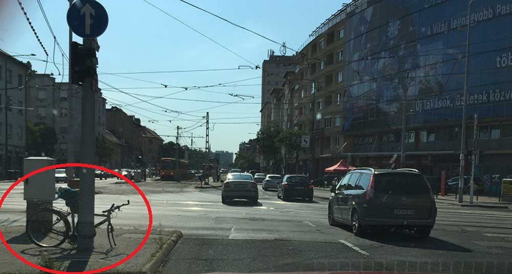 """A bicikli már hónapok óta az terület """"dísze"""" lett. / Fotó: hulladekvadasz.hu"""