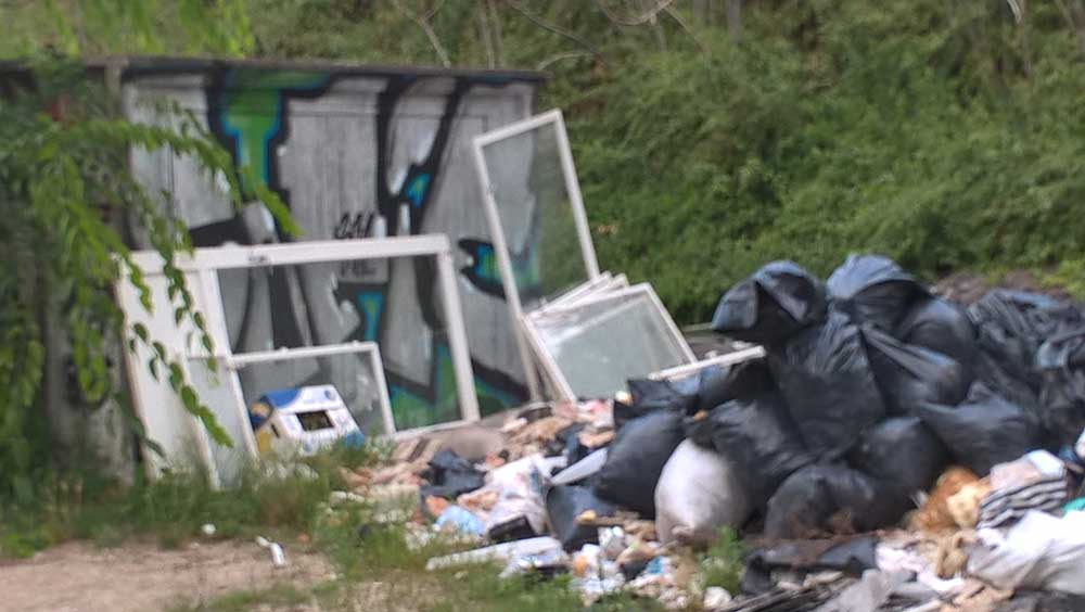 Garázsajtó VS. illegális hulladéklerakás: 0:1 / Fotó: hulladekvadasz.hu