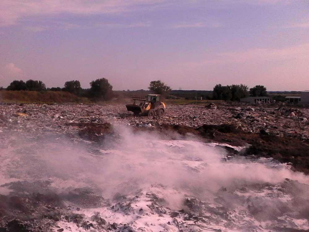 Az oltást segítő egyik erőgép. / Fotó: Blazsek Norbert tűzoltó törzsőrmester