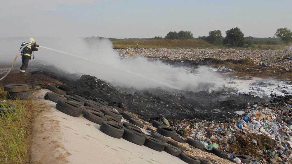 A tűzoltóság oltja a kigyulladt hulladékot a hulladéktelepen. / Fotó: Blazsek Norbert tűzoltó törzsőrmester