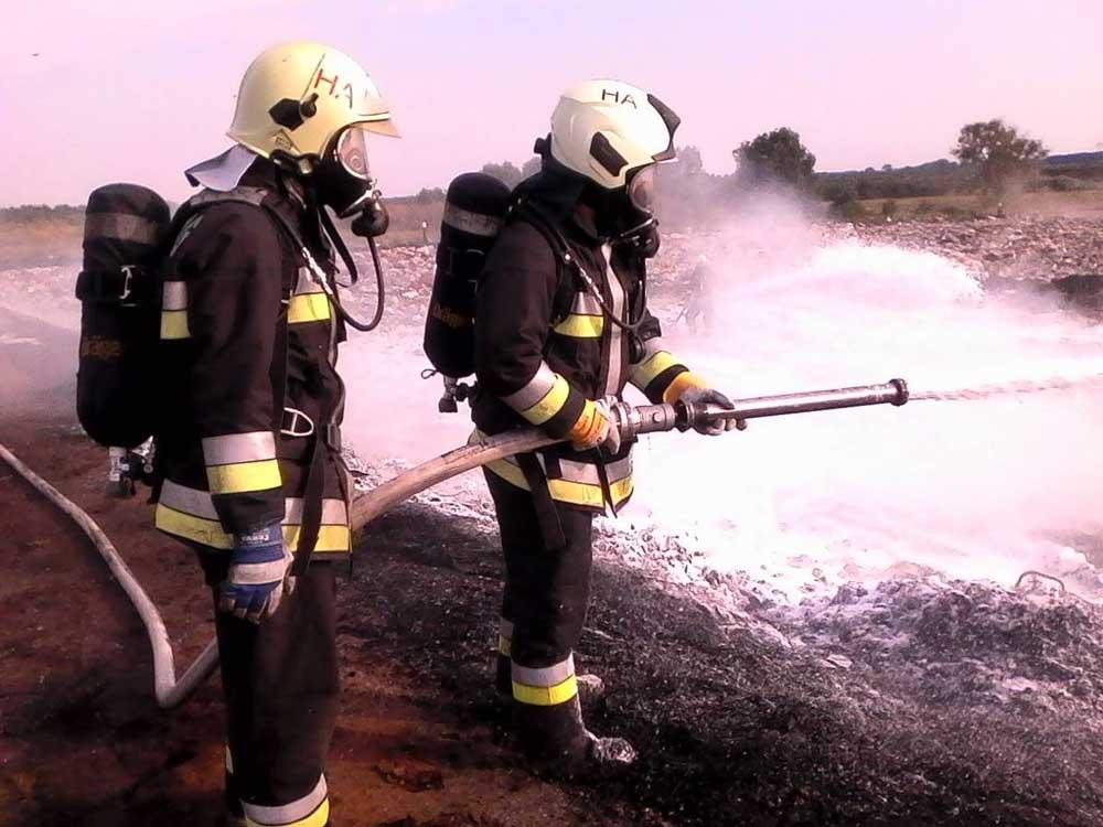 A tűzoltók munkavédelemnek megfelelő felkészültségben, munka közben. / Fotó: Blazsek Norbert tűzoltó törzsőrmester