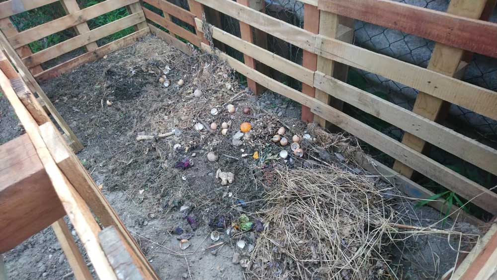 Egy háztartási komposztáló a kertben, ahol jól elfér a tojáshéj, a zöldség maradványok is. / Fotó: hullladekvadasz.hu