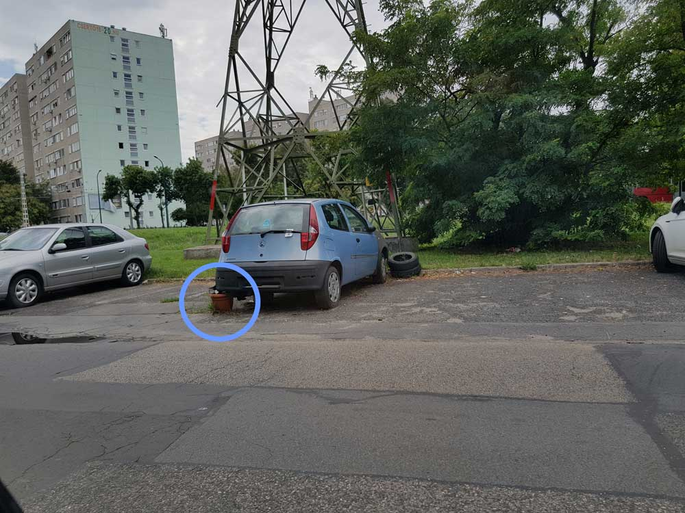 A műanyag váza forradalmi felhasználása a zuglói Gvadányi utcában. / Fotó: hulladekvadasz.hu