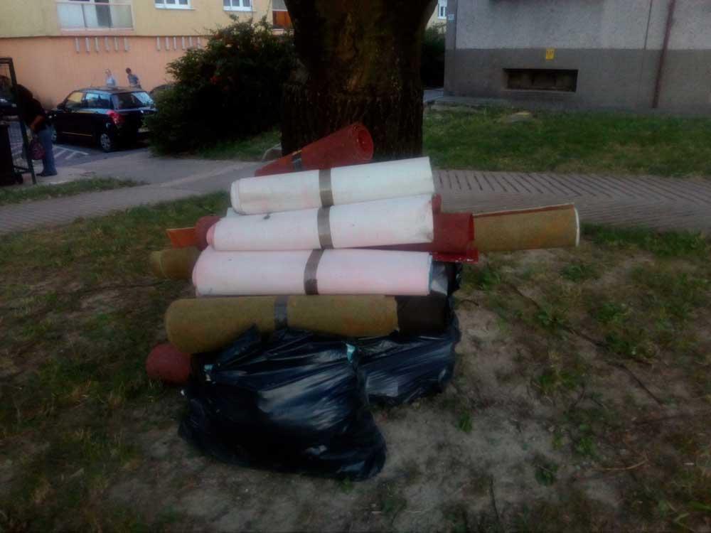 Szépen összekötegelve, mintha szállításra várnának. / Fotó: hulladekvadasz.hu
