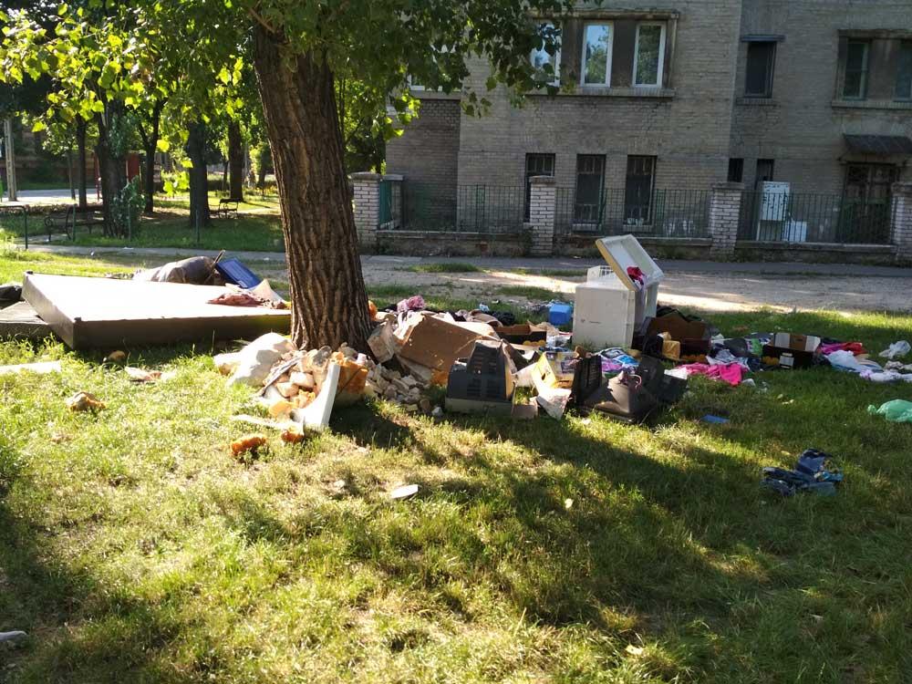 Közelebbről megnézve, van itt minden. Még építési hulladék is. / Fotó: hulladekvadasz.hu