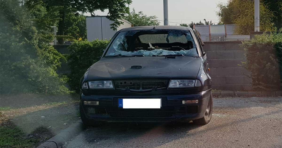 Itt még az autón rajta volt a rendszáma. Azóta leszedték. / Fotó: hulladekvadasz.hu