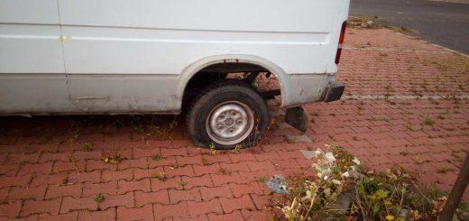 Sopron: feltört furgon volt barkácsbolt parkolójában