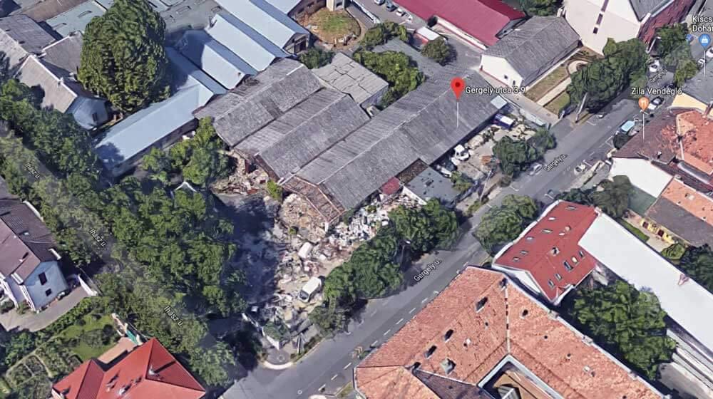 A helyszín a Google Maps 3D -s nézetén is brutálisan szemetes. / Fotó: Google Maps
