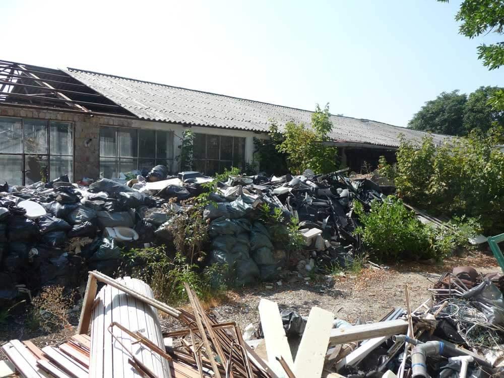A területen mindenféle hulladéktípus fellelhető, egészen fejmagasságig. / Fotó: hulladekvadasz.hu