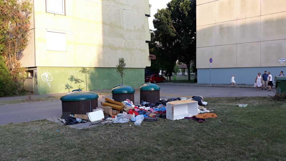 Szeged szelektív hulladékgyűjtő sziget szemete. A képen látható bejelentést 2018.08.12-én publikáltuk.