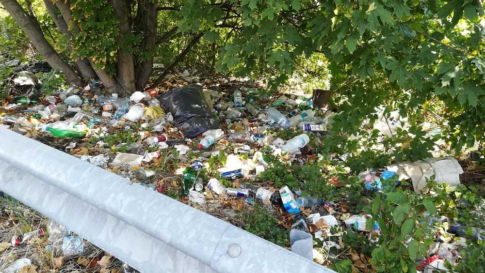 Kommunális hulladék rengeteg a szalagkorlát mögött. / Fotó: hulladekvadasz.hu