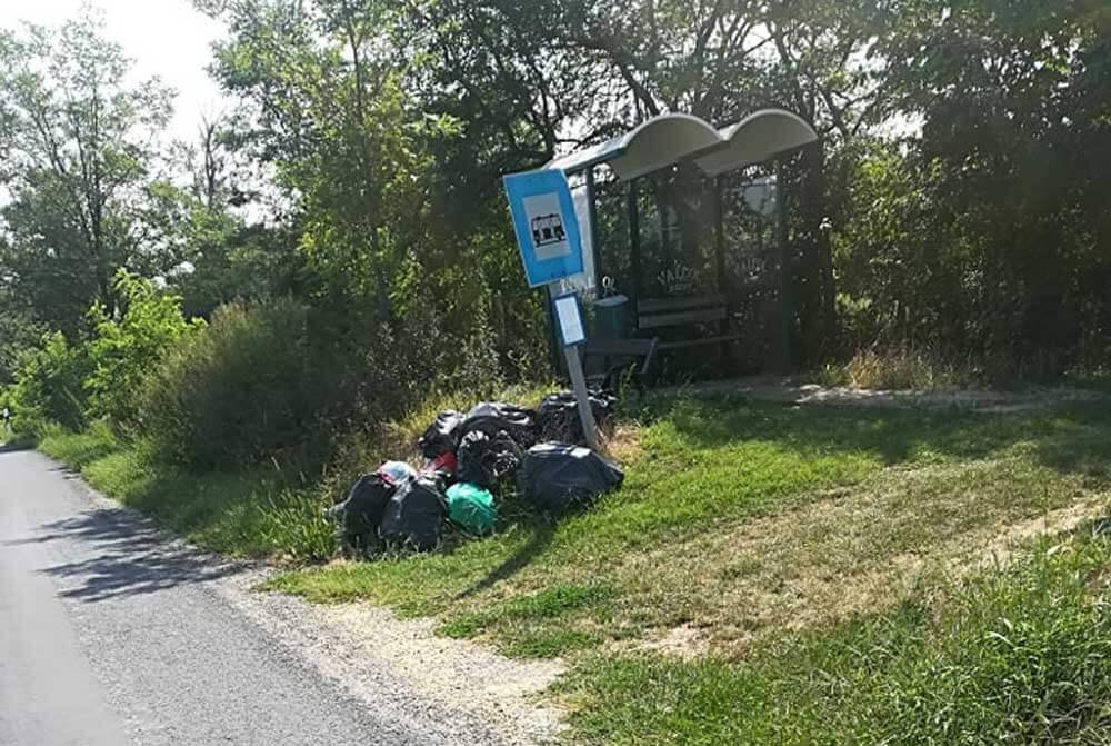 """Az utazók nagy """"örömére"""" szépen gyűlik a szemét a Volán buszmegállójában. / Fotó: hulladekvadasz.hu"""