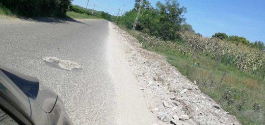 Tázlár földútján 1 km-es hosszú építési törmelék